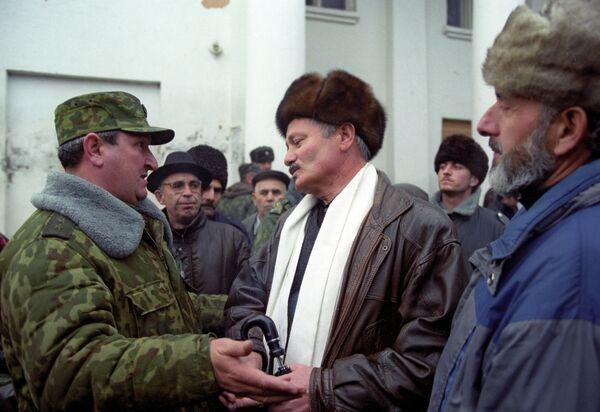 Командующий Восточным направлением объединенной группировки Федеральных сил генерал-лейтенант Геннадий Трошев (слева) беседует с жителями освобожденного от бандформирований Гудермеса.
