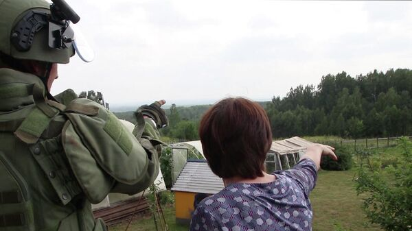 Специалисты Международного противоминного центра ВС РФ на территории поселка Каменка рядом с горевшим складом в Ачинском районе