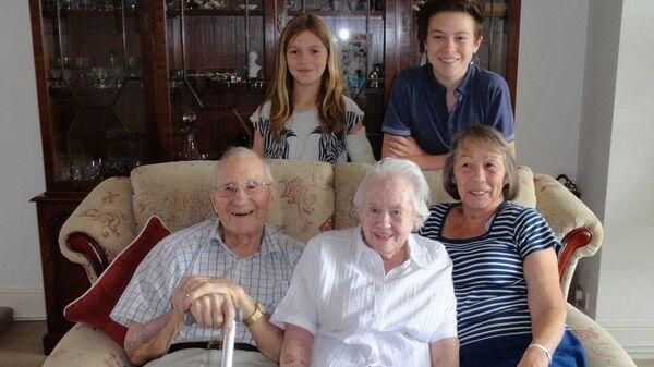 Джек и Джоан, чей брак длится восемьдесят лет, с дочерью и правнуками