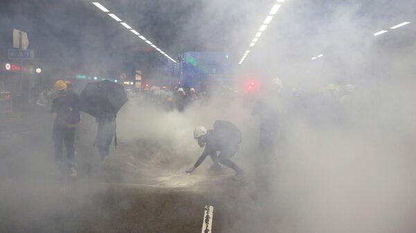 Полиция распылила слезоточивый газ во время демонстрации в районе Тайвай, Гонконг, Китай. 10 августа 2019