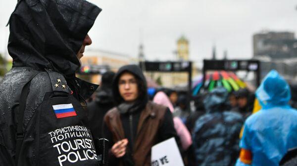 Сотрудник туристической полиции на митинге в поддержку незарегистрированных кандидатов в Мосгордуму на проспекте Академика Сахарова в Москве