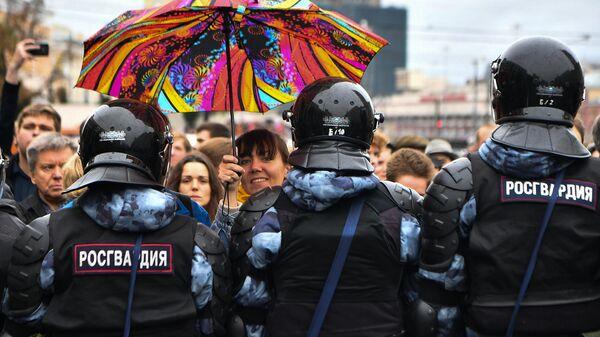 Сотрудники Росгвардии обеспечивают порядок на митинге в поддержку незарегистрированных кандидатов в Мосгордуму на проспекте Академика Сахарова в Москве