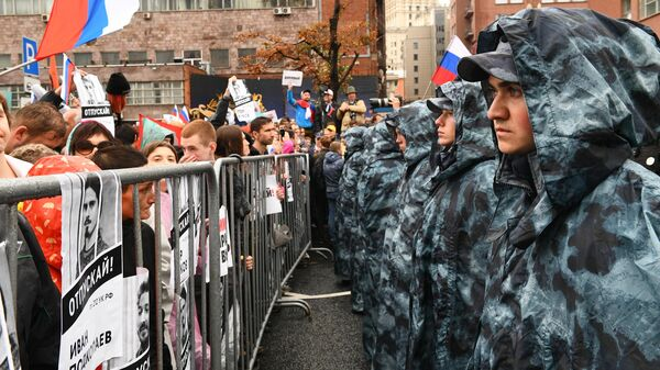 Сотрудники Росгвардии обеспечивают порядок на митинге в поддержку незарегистрированных кандидатов в Мосгордуму на проспекте Академика Сахарова в Москв