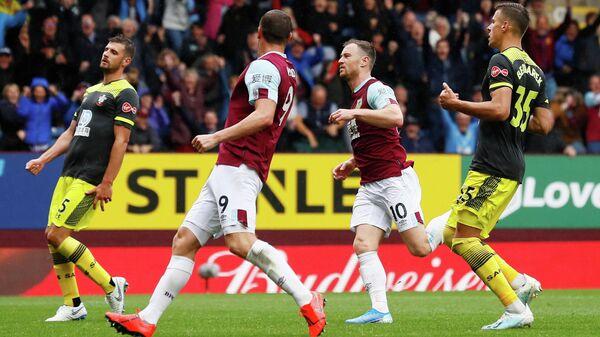 Нападающий Бернли Эшли Барнс (10) радуется забитому голу в матче первого тура чемпионата Англии против Саутгемптона