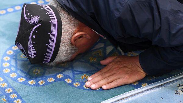 Верующий на намазе в праздник Курбан-Байрам в казанской мечети Кул-Шариф