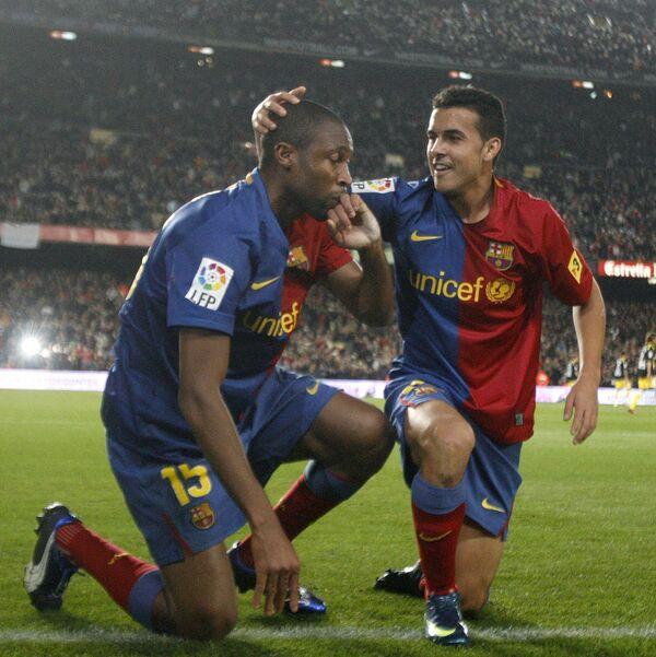 Футболисты Барселоны Сейду Кейта (слева) и Педро Родригес празднуют гол в ворота Хетафе в матче чемпионата Испании