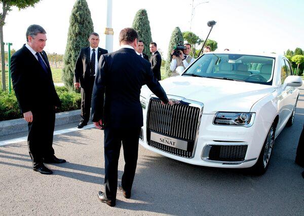 Председатель правительства РФ Дмитрий Медведев и президент Туркмении Гурбангулы Бердымухамедов у российского автомобиля Aurus Senat