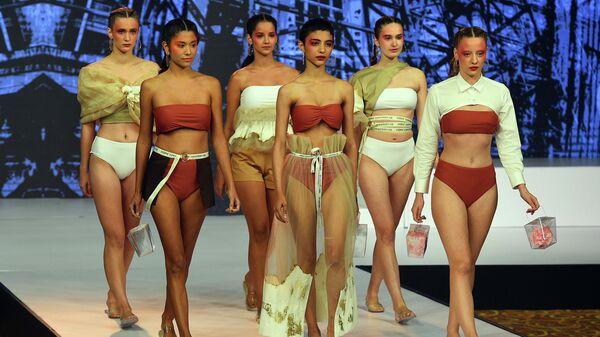 Модели во время показа коллекции дизайнера Sheranja на Swim Week Colombo