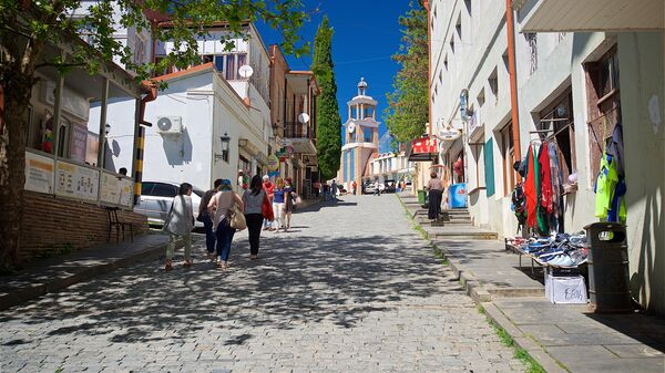 Жители города и туристы на одной из улиц Сигнахи в Грузии