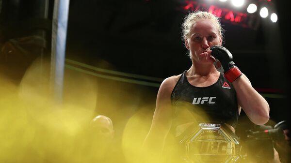 Валентина Шевченко с чемпионским поясом UFC