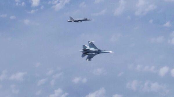 Истребитель НАТО F-18 и истребитель морской авиации Балтийского флота Су-27