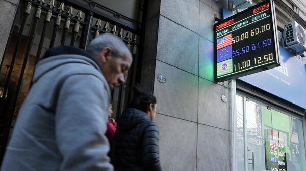 Табло с курсом валют на улице Буэнос-Айреса, Аргентина. 12 августа 2019