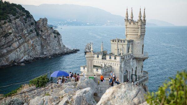 Замок Ласточкино гнездо на береговой скале в поселке Гаспра в Крыму