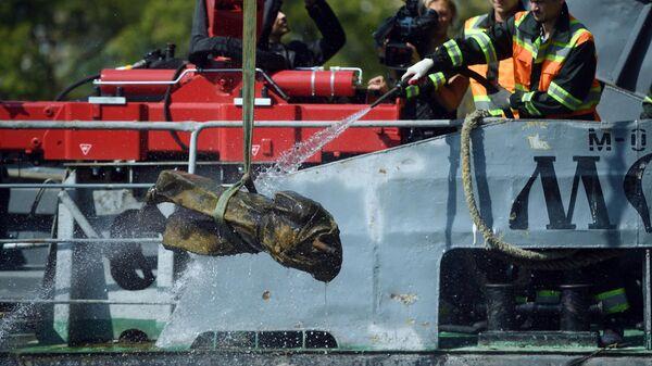 Подъем со дна водоема затонувшей скульптуры Пионер в Кожуховском затоне Москвы