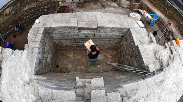 Сотрудник Института археологии РАН на раскопках в Большом Кремлевском сквере на территории Кремля в Москве