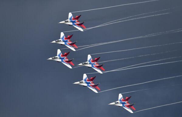 Самолеты МиГ-29 пилотажной группы Стрижи на всероссийском этапе конкурса Авиадартс под Рязанью