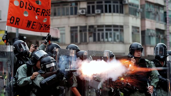 Полиция применяет слезоточивый газ против демонстрантов в Гонконге, Китай