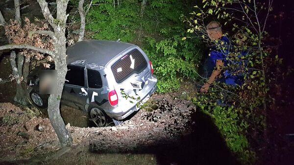 Автомобиль, сорвавшийся в ущелье на мысе Меганом на юго-востоке Крыма