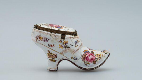Табакерка в виде туфельки Англия, середина XVIII в.