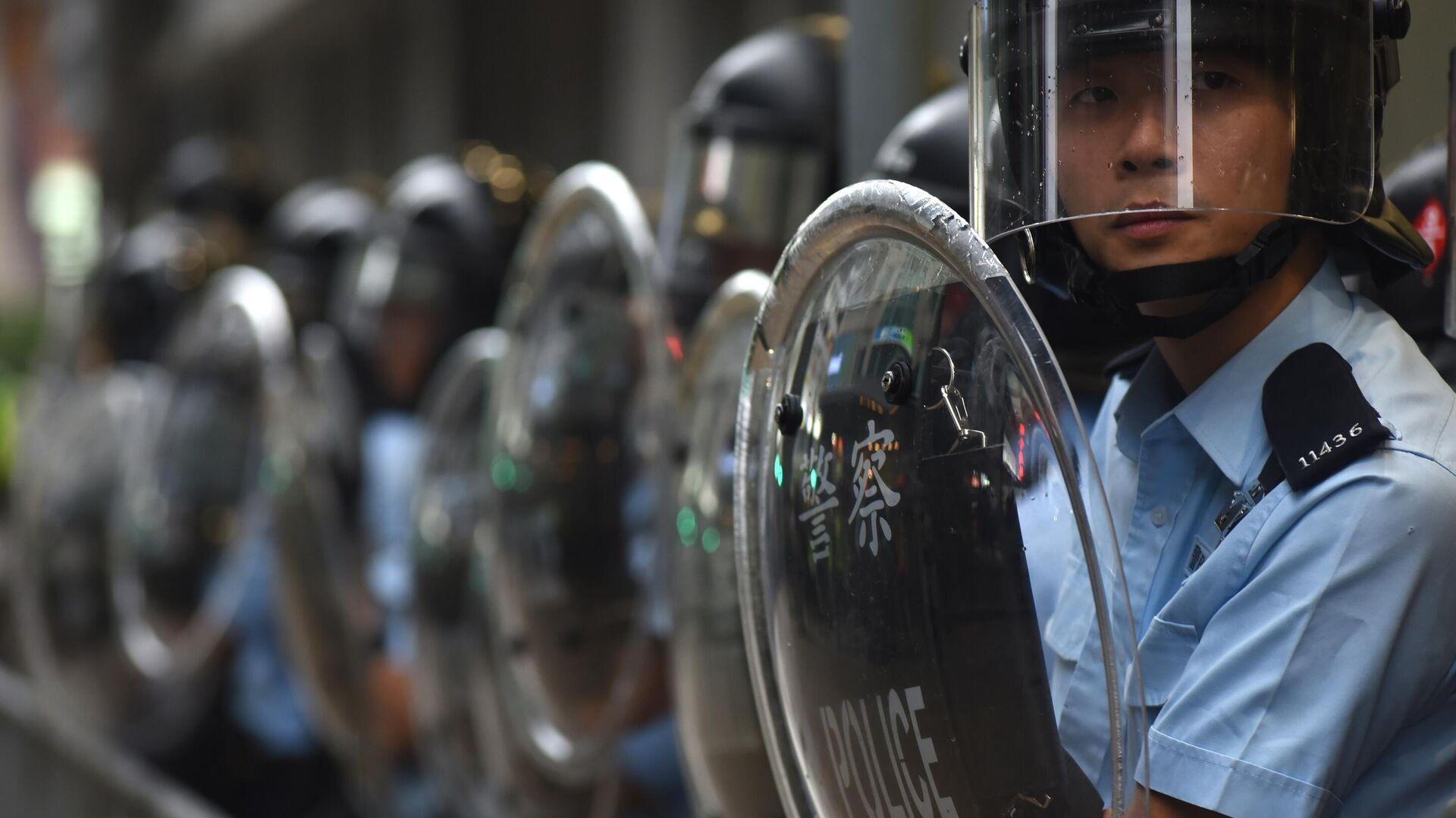 Полицейские у полицейского участка во время акции протеста в Гонконге.  17 августа 2019 - РИА Новости, 1920, 05.06.2021