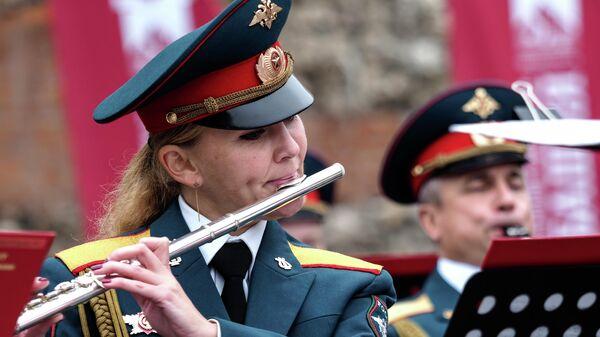 Музыканты Центрального военного оркестра Министерства обороны РФ выступают в Александровском саду во время закрытия фестиваля Военные оркестры в парках