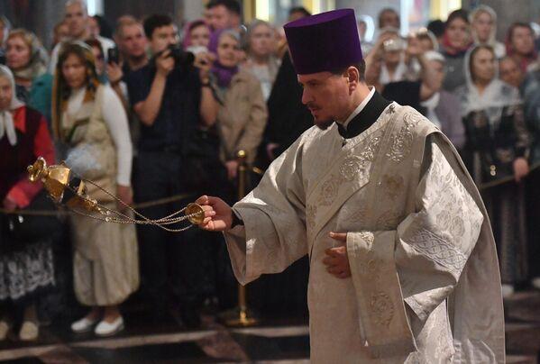 Священнослужитель во время всенощного бдения накануне праздника Преображения Господня в Казанском кафедральном соборе в Санкт-Петербурге