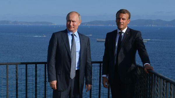 Владимир Путин и президент Франции Эммануэль Макрон во время встречи в резиденции президента Франции Форт Брегансон