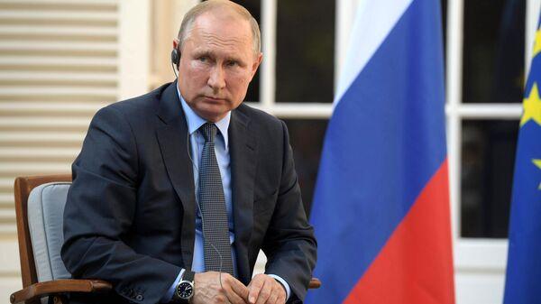 Президент РФ Владимир Путин во время встречи с президентом Франции Эммануэлем Макроном в резиденции президента Франции Форт Брегансон