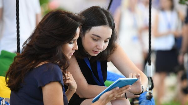 Девушки с планшетом в руках