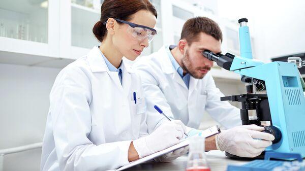 Молодые ученые в лаборатории
