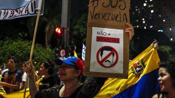 Участники выступления против президента Венесуэлы Николаса Мадуро в Сан-Паулу