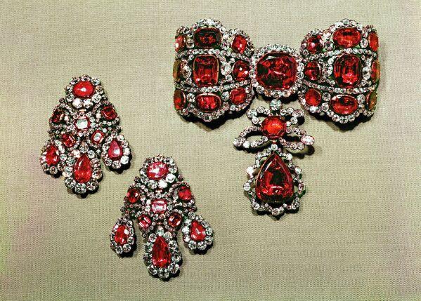 Бант-склаваж и подвески (бриллианты, шпинели, золото, серебро) из Алмазного фонда РФ. Изготовлены в 1764 г