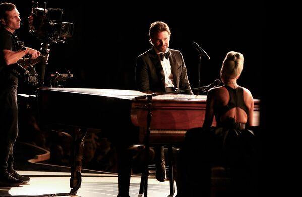 Актер Брэдли Купер с певицей и актрисой Леди Гагой на сцене во время 91-й ежегодной премии Оскар в Голливуде