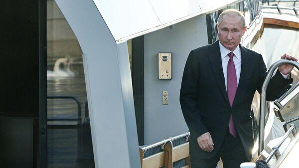 Президент РФ Владимир Путин на борту катера Култаранта-8 перед рабочим обедом с президентом Финляндии Саули Ниинистё