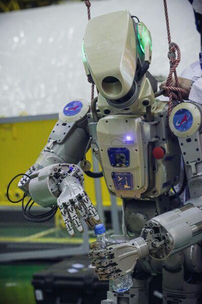 Подготовка робота Skybot F-850 (робота Федора) на Байконуре к полету к МКС