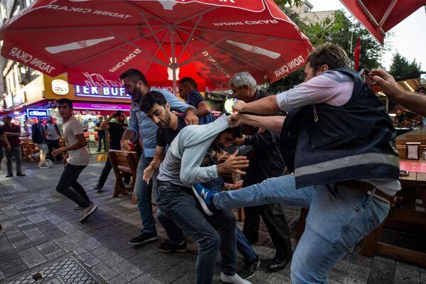 Протестующий задерживается сотрудником полиции во время демонстрации против замены избранных курдских мэров на государственных чиновников в Стамбуле