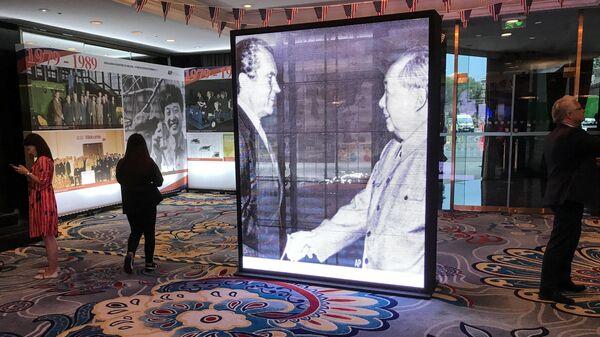 Фотография со встречи бывшего президента США Ричарда Никсона с Мао Цзэдуном в 1972 году, представленная на выставке посвященной 40-летию дипломатических отношений США и Китая