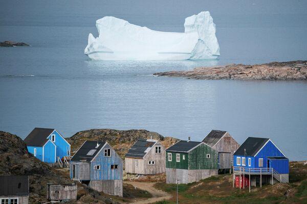 Айсберг у берега города Кулусук в Гренландии