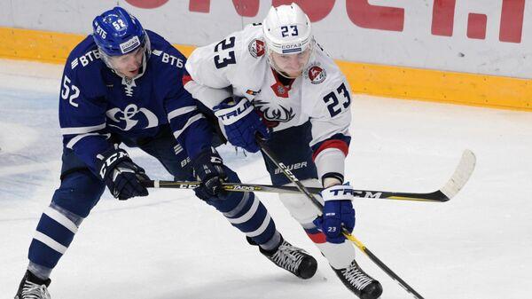 Игрок Динамо Миика Койвисто (слева) и игрок Торпедо Юрий Сергиенко