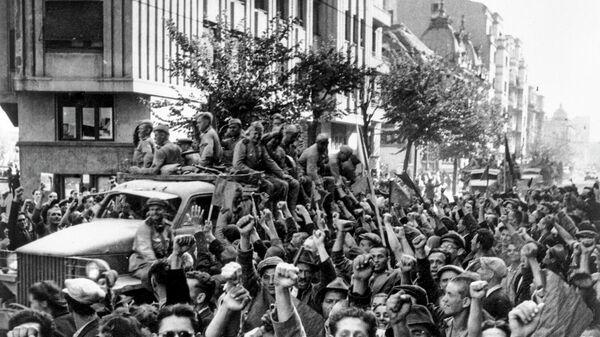 Освобожденные жители Бухареста приветствуют бойцов Красной армии. Великая Отечественная война (1941-1945)