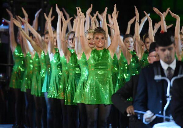 Международная команда кельтских танцев на репетиции парада участников Международного военно-музыкального фестиваля Спасская башня на Красной площади в Москве