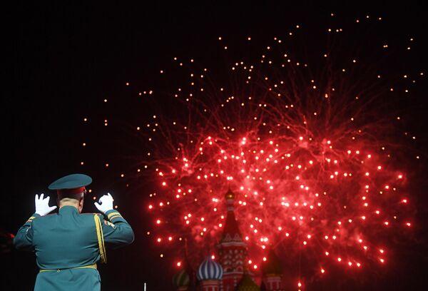 Салют на репетиции парада участников Международного военно-музыкального фестиваля Спасская башня на Красной площади в Москве