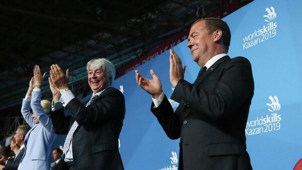 Председатель правительства РФ Дмитрий Медведев и президент WorldSkills International Саймон Бартли на церемонии открытия 45-го Мирового чемпионата по профессиональному мастерству по стандартам WorldSkills в Казани