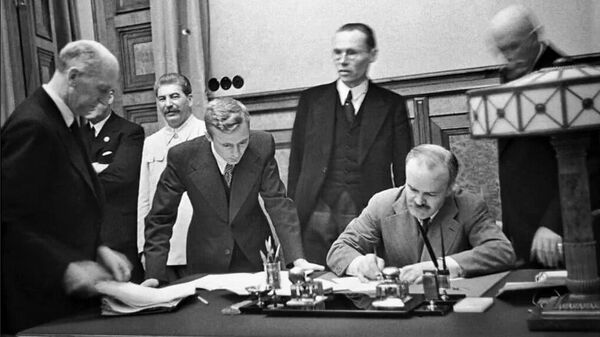 Нарком иностранных дел СССР В.М. Молотов подписывает договор о дружбе и границе между СССР и Германией