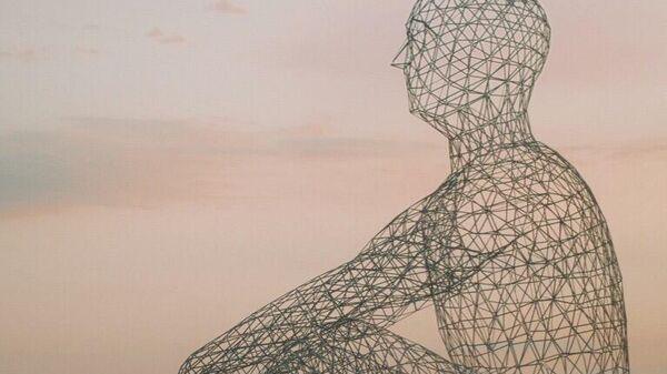 Инсталляция высотой 15 метров в виде человека, сидящего на берегу моря, на фестивале Таврида - Арт