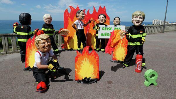 Активисты Oxfam в гигантских папье-маше с изображением лидеров G7 в Биаррице перед началом саммита G7