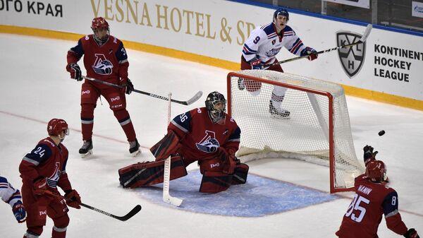 Хоккеисты молодежной команды ярославского Локо во время матча - открытия с канадской Альбертой