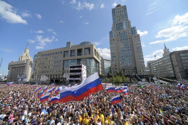 Участники митинга-концерта на проспекте Сахарова в Москве в честь Дня государственного флага РФ