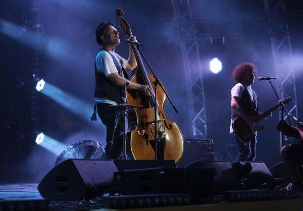 Лидер группы Billy's Band Билли Новик выступает на фестивале Koktebel Jazz Party в Крыму
