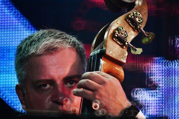 Музыкант Сергей Васильев выступает на 17-м международном музыкальном фестивале Koktebel Jazz Party в Крыму